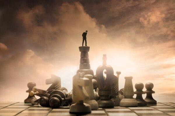 Hay tres cosas que puede hacer para estar mejor posicionado al manejar la ambigüedad estratégica: tomar acciones pragmáticas, cultivar la estabilidad emocional y aprovechar la experiencia de los demás. (Foto: Shutterstock para EF)