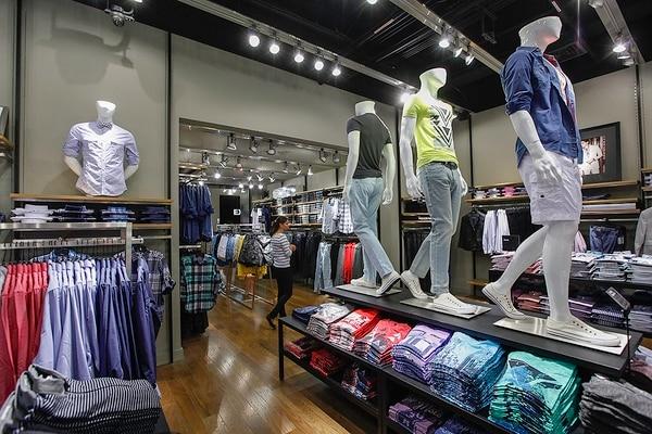 Express llega al Costa Rica con sus productos icónicos para hombres (camisas 1MX) y mujeres (Editor Pant).