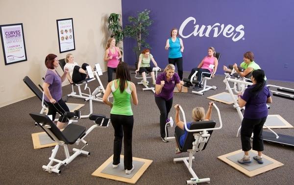Curves está diseñado para mujeres y ofrece entrenamiento apto para todas las edades y niveles de condición física.