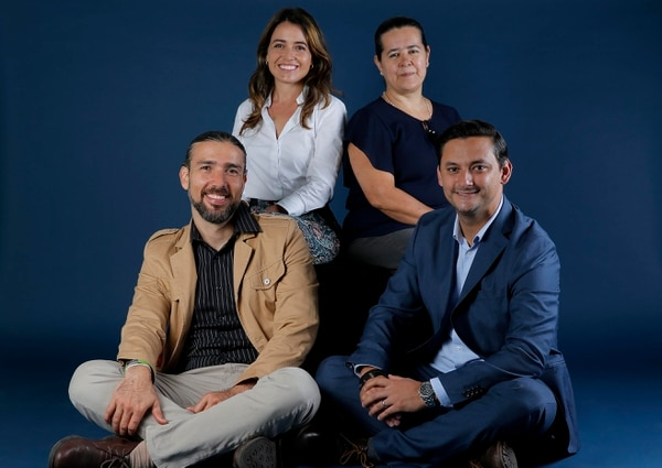 Retrato de los representantes de la nueva tienda virtual del Mercado Borbón Julia Bremner (blusa blanca), Marta Estrada, Juan Pablo Navarro 9de saco azul) y Rafael Rojas. Fotos: Mayela López