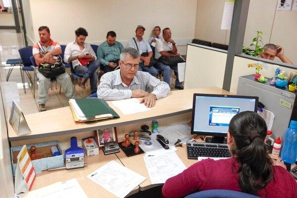 Los contribuyentes pueden realizar consultas a la administración tributaria en caso de un cliente que no quiera recibir la factura electrónica. (Foto archivo)