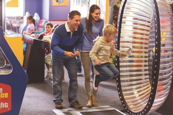 Chuck E Cheese's ofrece un lugar para comer y entretenerse con diversos juegos.