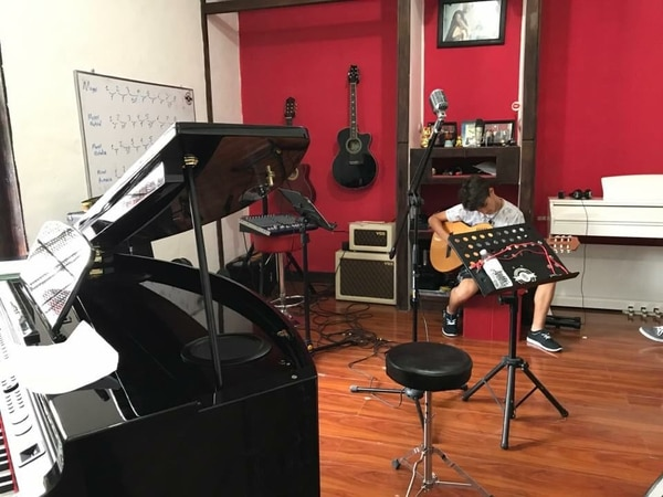 La academia ofrece clases de piano, de canto, de guitarra acústica y eléctrica, de violín, de viola y de batería, entre otros instrumentos.