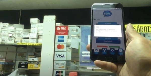 Cada negocio diversifica sus métodos de pagos. Con la app, el cliente realiza la lectura del código QR que contiene la información requerida para enviar la transferencia vía Sinpe Móvil, digita el monto y confirma. (Fotos para EF)