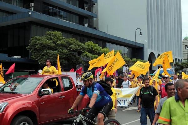 15/07/2019 Una protesta sobre avenida segunda de empleados públicos, al frente del ministerio de hacienda. foto Alonso Tenorio