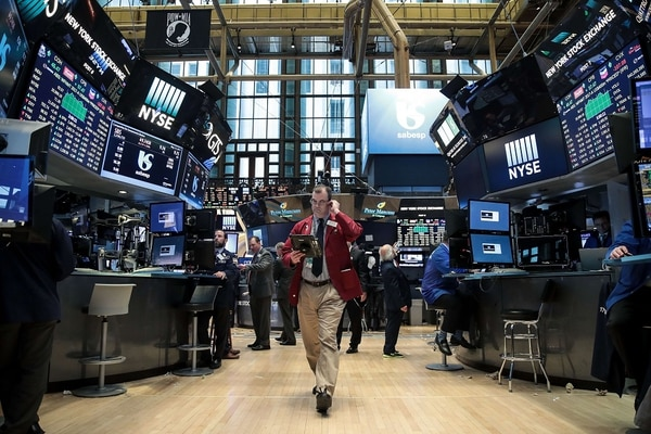 NEW YORK, NY - MAY 15: Traders and financial professional work on the floor of the New York Stock Exchange (NYSE) ahead of the closing bell, May 15, 2017 in New York City. The Dow Jones industrial average was up 85 points at close on Monday, in addition to record setting days by the Nasdaq and S&P 500. Drew Angerer/Getty Images/AFP == FOR NEWSPAPERS, INTERNET, TELCOS & TELEVISION USE ONLY==