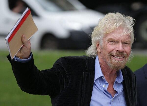En esta foto de archivo tomada el 28 de junio de 2016, el empresario británico Richard Branson saluda mientras camina por las Casas del Parlamento en el centro de Londres. Fotografía: AFP.