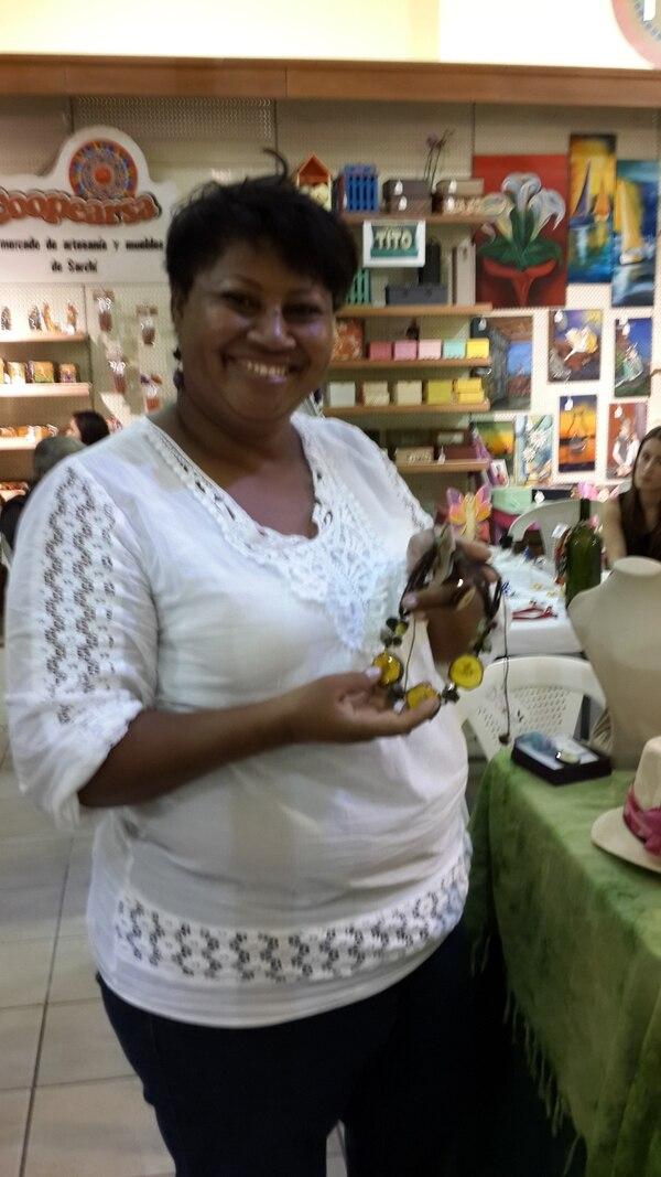 Rosa Evelia Montenegro utiliza residuos de frutas para crear bisutería.