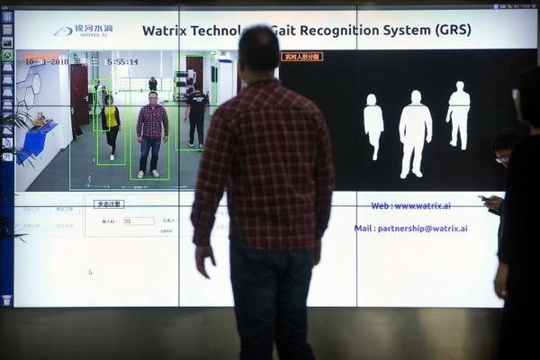 Según Watrix aunque la persona altere a propósito su forma de caminar puede ser reconocida, pues se utiliza también el reconocimiento de rasgos físicos. (AP /Mark Schiefelbein)