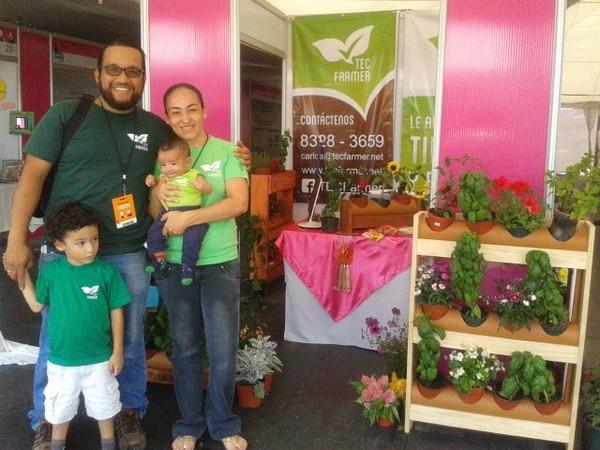 Carlos Vargas y su esposa Ericka Lizano encabezan la empresa Tec Farmer. Los acompañan sus hijos.