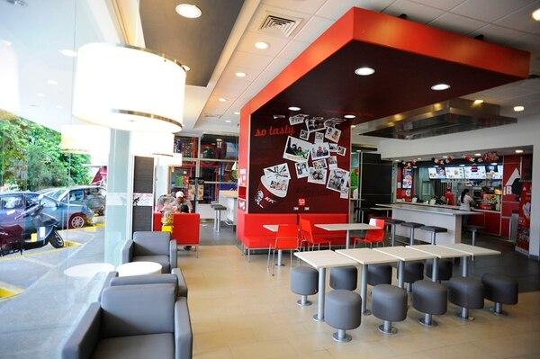 """Este restaurante KFC de San Rafael de Escazú, con diseño de 2015, ya mostraba cambios para generar un ambiente para """"estar"""". La cadena comenzará otra renovación de espacios en 2018. Foto: Rafael Murillo"""
