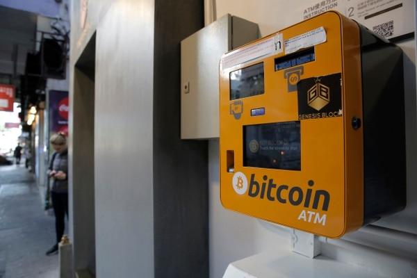 Este ATM de bitcoin está instalado en una área pública en Hong Kong. El bitcoin se ha convertido en la moneda virtual más popular del mundo. Pero este tipo de monedas no están ligadas a un banco central o un gobierno y permiten a los usuarios gastar dinero de forma anónima. (AP Photo/Kin Cheung)