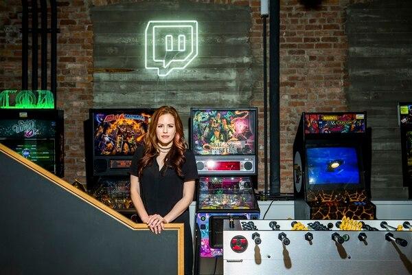 Anna Prosser Robinson, es la gerenta de hospedaje y programación de Misscliks, un canal de chat de la empresa Twitch que ella fundó y el que pretende sea lo más inclusivo posible. En la plataforma tratan de luchar contra el acoso a las mujeres en el área de los juegos de video.