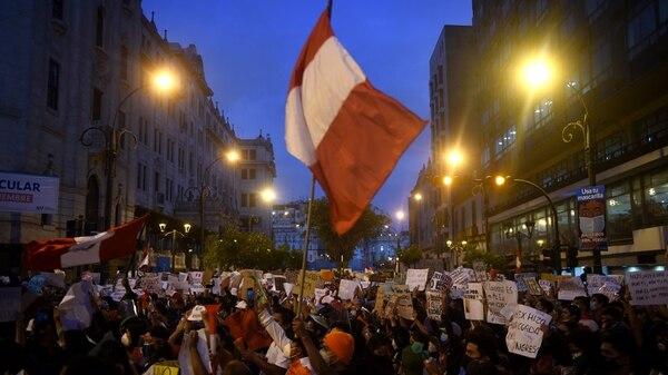 Miles de personas han salido a las calles de Lima, capital de Perú, desde que se conoció la destitución del expresidente Martín Vizcarra. Luego de la renuncia de su sucesor, Manuel Merino, el tono de las manifestaciones fue de celebración. (Fotografía: AFP)