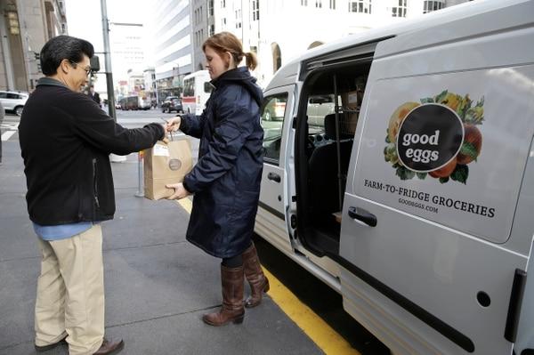 Vanessa Casey, de la empresa Good Eggs, entrega un pedido en San Francisco, California. Nuevos servicios en línea permiten a los consumidores comprar frutas, verduras, carnes y alimentos artesanales directamente de los agricultores y productores locales.