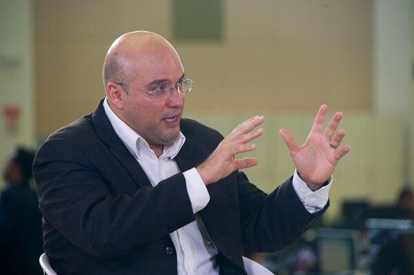 Edgardo Araya, candidato presidencial del Frente Amplio, durante una entrevista en Grupo Nación. Fotografía: José Cordero.