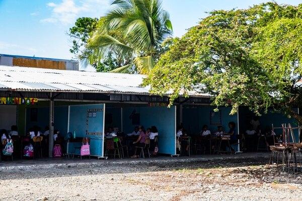 La población es de 673 estudiantes que se distribuyen por turnos entre el galerón y una desmejorada casa cural. (Foto: Alejandro Gamboa Madrigal).