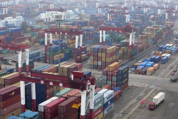 Vista general de la terminal de carga del puerto de Qingdao, en la provincia oriental china de Shandong.