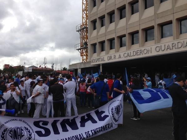 Movimiento en las afueras del Hospital Calderón Guardia. Foto: Alonso Tenorio