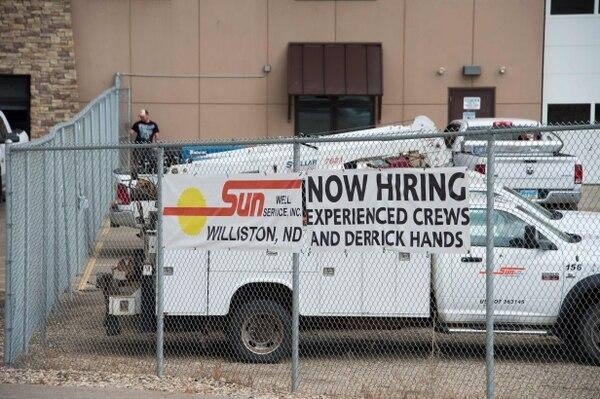 Esta foto muestra un rótulo de contratación de empleados en un pozo de petroleo en Dakota del Norte. En diciembre, la economía de EE. UU. creó menos empleos para un total de 156.000.