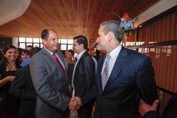 El candidato del PAC, Luis Guillermo Solís (Izq.) y el del Movimiento Libertario, Otto Guevara se saludaron durante la ceremonia de convocatoria a elecciones, el miércoles pasado.