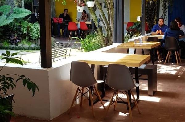 Mamalila se instaló en una antigua casa de Cartago que cuenta con un patio interno que disfrutan mucho los clientes. (Fotos para EF)