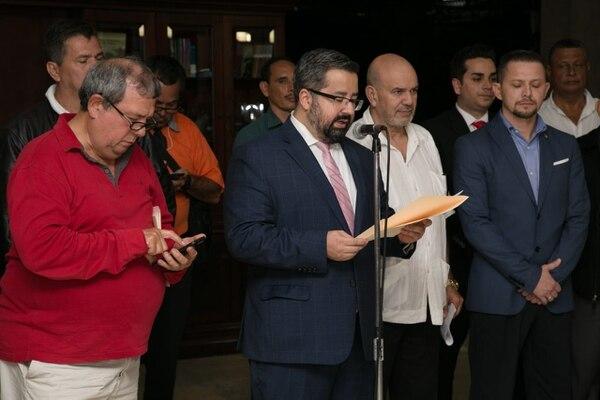 Representantes de las organizaciones de taxistas y Juan Carlos Mendoza, ministro de Comunicación, suscribieron la noche de este miércoles 4 de julio un acuerdo con diez puntos para deponer los bloqueos en las carreteras y tomar acciones contra Uber. Fotografía: Cortesía de Casa Presidencial.