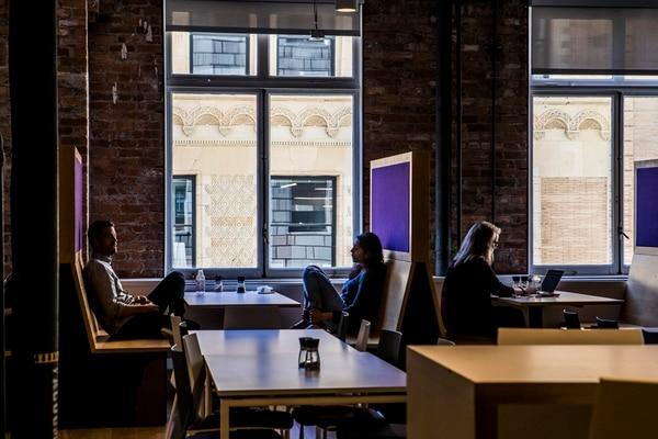 Las oficinas centrales de Twitch, propiedad de Amazon, están en San Francisco, California. La firma estableció herramientas como AutoMod para identificar y bloquear comentarios inapropiados en las salas de chat.