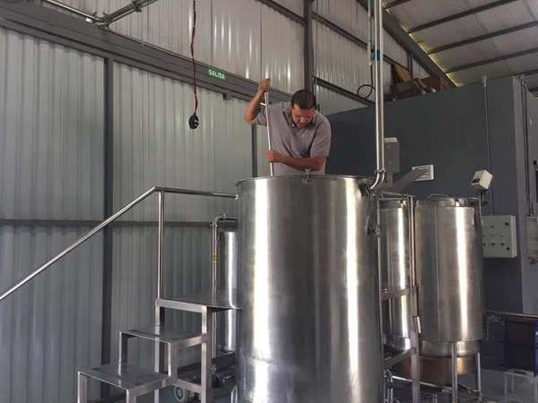 Andrés Espinoza es el maestro cervecero de La Finca Brewing Co. , ubicada en Guápiles de Limón. Aquí en el proceso de macerado que es parte de la elaboración de sus marcas Colono Real Summer Ale y Toro Amarillo Pale Ale.