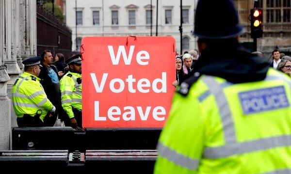 Activistas se manifestaron en apoyo al Brexit cerca del Parlamento en Londres, el lunes 9 de setiembre. El primer ministro británico, Boris Johnson, expresó optimismo el lunes de que se puede llegar a un nuevo acuerdo de Brexit para que Gran Bretaña deje la Unión Europea al 31 de octubre. Foto: Kirsty Wigglesworth/AP