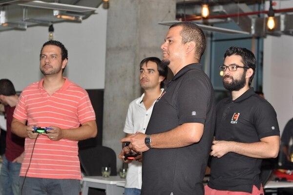 Raúl Miranda, de Quality Assurance; Adrián Porras, socio fundador; Christian Vargas, de Quality Assurance, y Alfredo Masís, intermediate software developer , de Edify Software Consulting, usan la consola de videojuegos de la empresa.