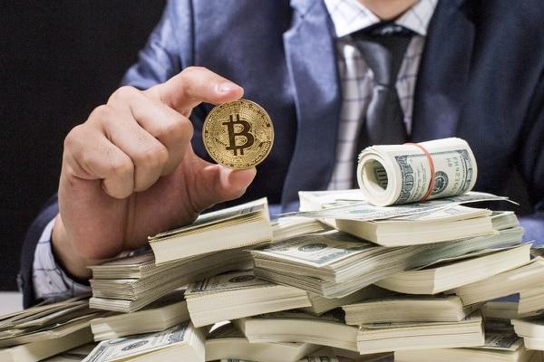 Luego de ser despedido como principal estratega del presidente Donald Trump y de salir del sitio de noticias archiconservador Breitbart News, Steve Bannon invierte en el negocio del Bitcoin.