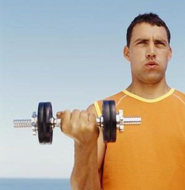 Al levantar pesas, se debe botar el aire mientras se hace el esfuerzo más grande