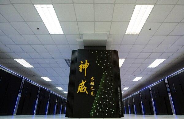 Esta es la Sunway TaihuLight, la supercomputadora china presentada en Wuxi, en la provincia de Jiangsu, la cual utiliza solo procesadores de diseño chino. (Foto AP / Archivo)