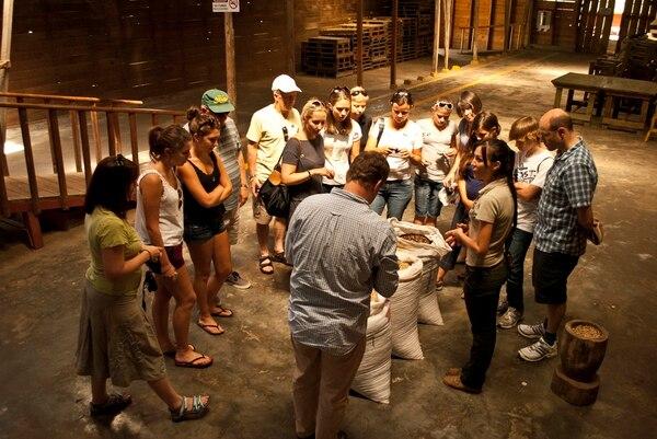 DOKA Tour de Café nació en 1995 para dar a conocer a los visitantes nacionales y extranjeros la esencia y trayectoria del Grupo Beneficiadora Santa Eduviges, fundado por la familia Vargas Ruiz. Ellos producen y procesan café desde 1940.