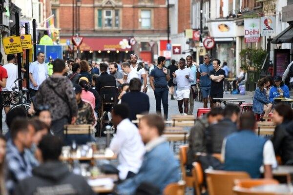 Los pubs en Inglaterra reabrieron este fin de semana por primera vez desde finales de marzo, alentando a los bebedores y a la industria, pero temen desorden público y nuevos casos de coronavirus. Foto: AFP.