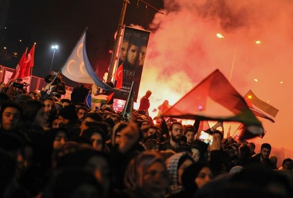 Cientos de ciudadanos turcos tomarion las calles de Estambul y Ankara para protestar con fuerza contra el anuncio de Donald Trump, quien reconoció este miércoles a Jerusalén como capital de Israel.