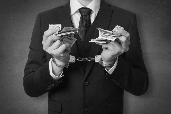 ¿Sancionar restrigiendo los dólares?