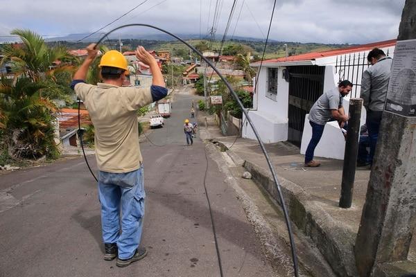 Funcionarios de Jasec instala fibra óptica en Paraíso. (Foto Rafael Pacheco / Archivo)
