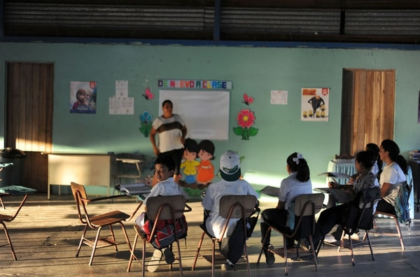 La implementación de Fonatel ha privilegiado la telefonía celular como la tecnología para conectar escuelas a Internet. El presidente Solís destacó que se debe que el sector educativo no puede verse afectada por ninguna la modalidad tarifaria.