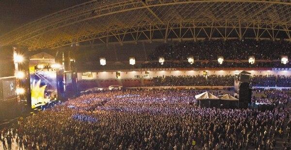 Hace un año, la banda de rock Pearl Jam llenó el Estadio Nacional. RPMTV pretende repetir la hazaña con Lady Gaga, quien trae un escenario de 7.000 metros cuadrados de construcción y que necesita de un equipo de 1.500 personas.