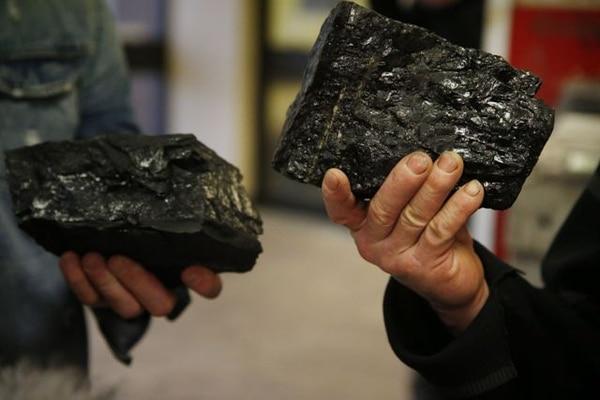 Un par de mineros muestran carbón extraído del pozo de Kellingley Colliery en Yorkshire (Reino Unido). La mina de carbón subterránea de Kellingley, en el norte de Inglaterra, cierró sus puertas tras cincuenta años de producción, con lo que se pone fin a este tipo de minería en el Reino Unido.