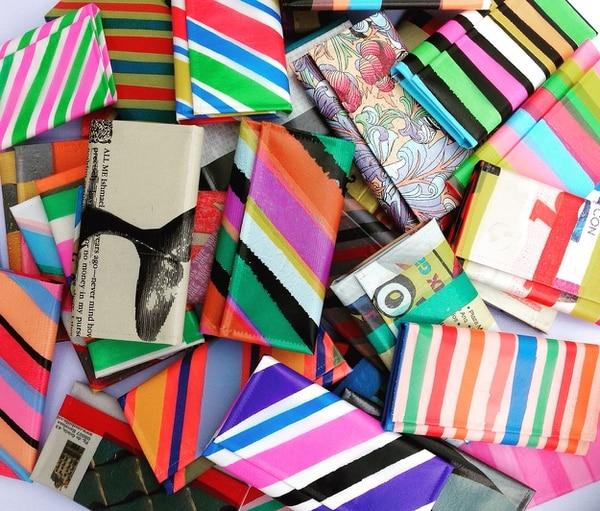El plástico y la lona son los materiales principales que emplea esta startup para transformarlos en accesorios.