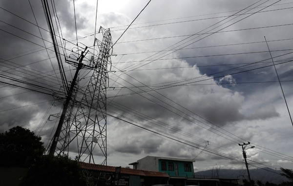 La mayoría de postes fueron construidos para soportar redes eléctricas y de telecomunicaciones de un solo operador. Ante la apertura del mercado, el reto está en encontrar rutas en las que no se ponga en peligro la infraestructura.
