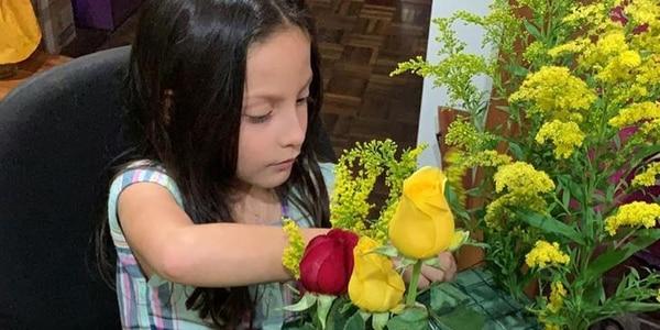 Aimar, la hija de Aida y Marvin, haciendo el arreglo floral que se vendió en 20 minutos por redes sociales. (Foto cortesía Floristería Marvin)