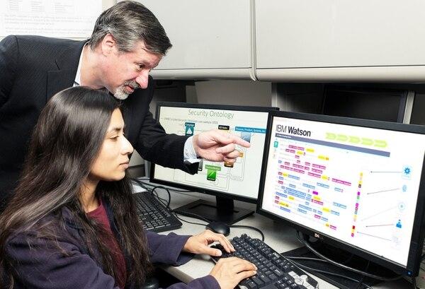 Jeb Linton, jefe de arquitectura de seguridad de Watson en IBM, muestra a una estudiante de la Universidad de Maryland en Baltimore el lenguaje de seguridad de esa tecnología.