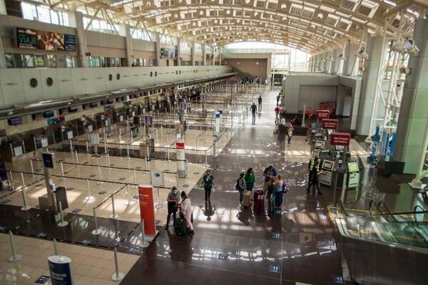 Un recorrido el pasado 25 de enero por el aeropuerto Juan Santamaría, la principal terminal aérea del país, evidenció un mayor moviendo de pasajeros en medio de estrictas medidas sanitarias. (Fotografía: José Cordero/Archivo)