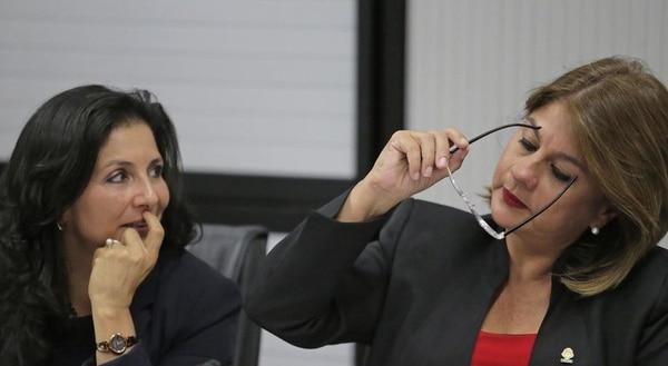 La liberacionista Paulina Ramírez (izquierda) dirigirá los debates fiscales en la Comisión de Hacendarios durante el próximo año. A su lado, Rosibel Ramos (PUSC), anterior Presidenta de la Comisión.
