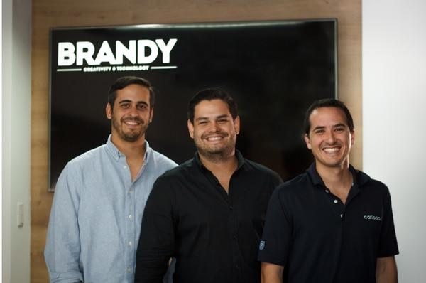 En orden usual, Andrés Masís, socio fundador de la firma Dint; Juan Ignacio Jiménez, CEO y fundador de Brandy; y Amadeo Quirós, socio fundador de la firma Dint. (Foto cortesía Brandy Creativity & Technology)