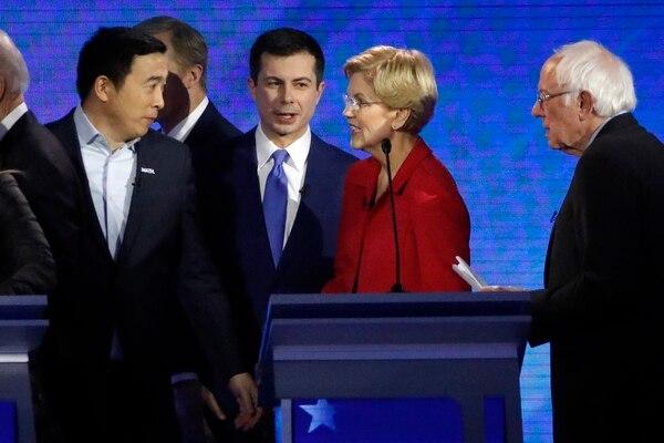 El empresario Andrew Yang habla con la senadora Elizabeth Warren, el alcalde Pete Buttigieg y el senador Bernie Sanders, después de un debate primario presidencial demócrata. Foto: AP.